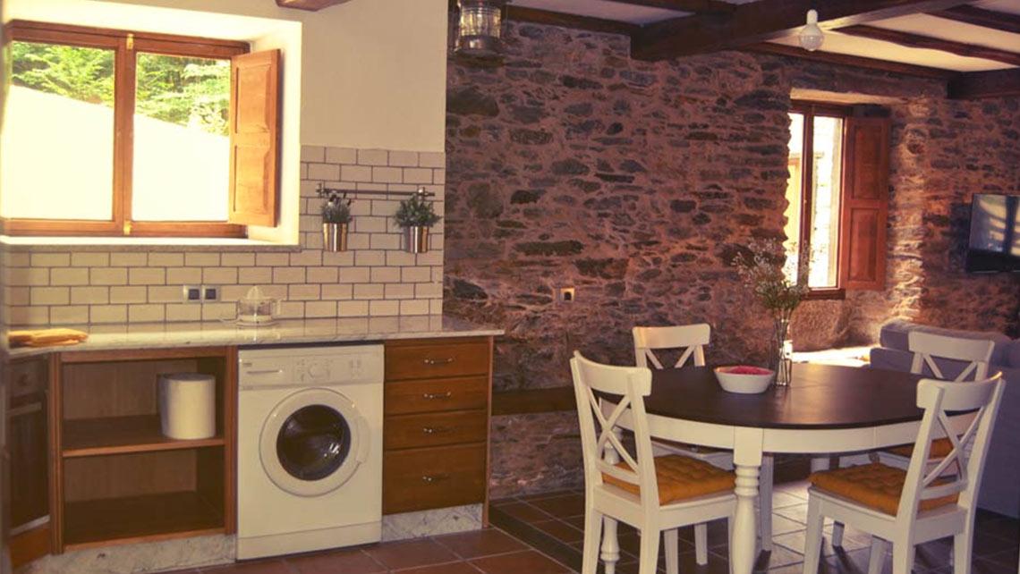 Cocina y lavadora de la Casa do Muiño
