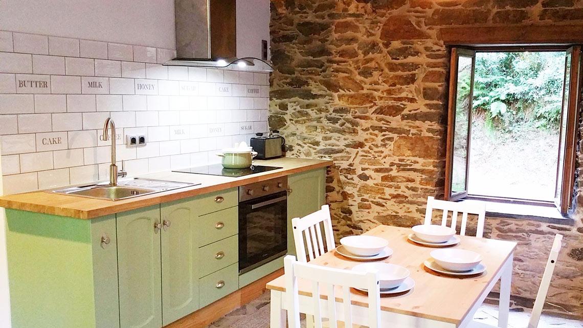 Cocina restaurada en la casa rural Muiños do Mainzoso